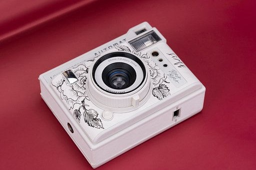 Painting the Romance: Chinese Community Amigos Draw on Lomo'Instant Cameras