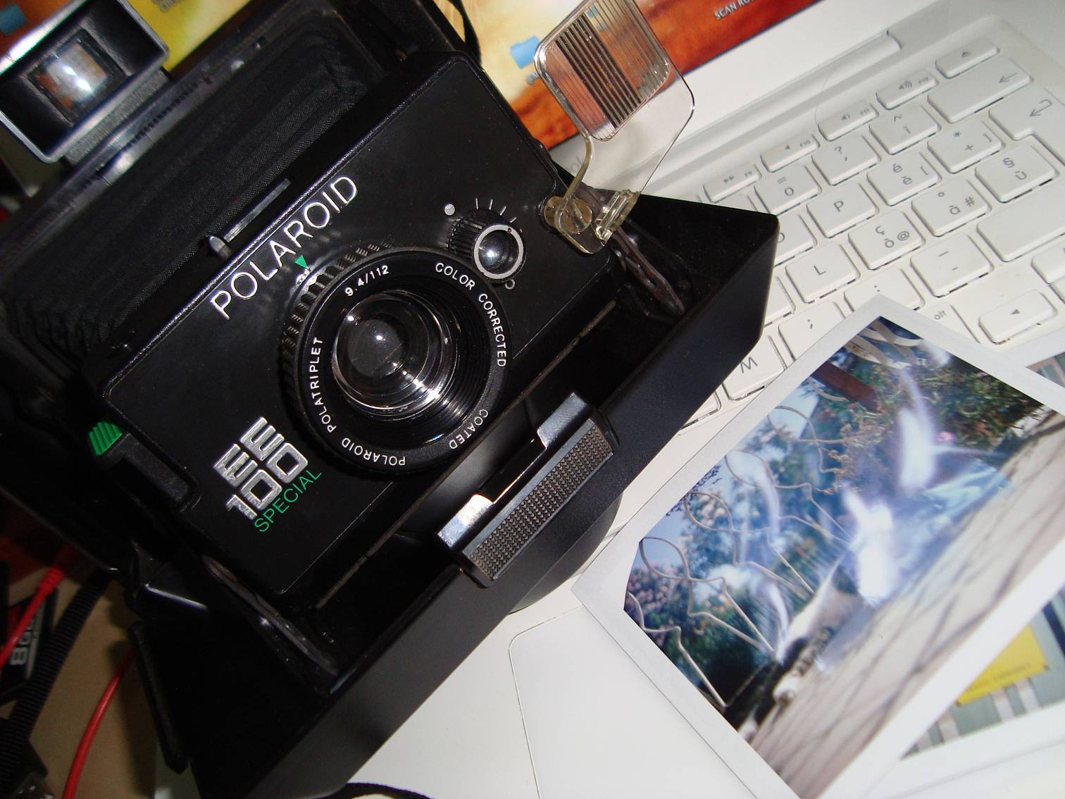 A couple of days ago in a flea market, I found a Polaroid EE100 Special  looking quite well and at a very attractive price. After some hesitation, I  bought ... 7f2790a55a87