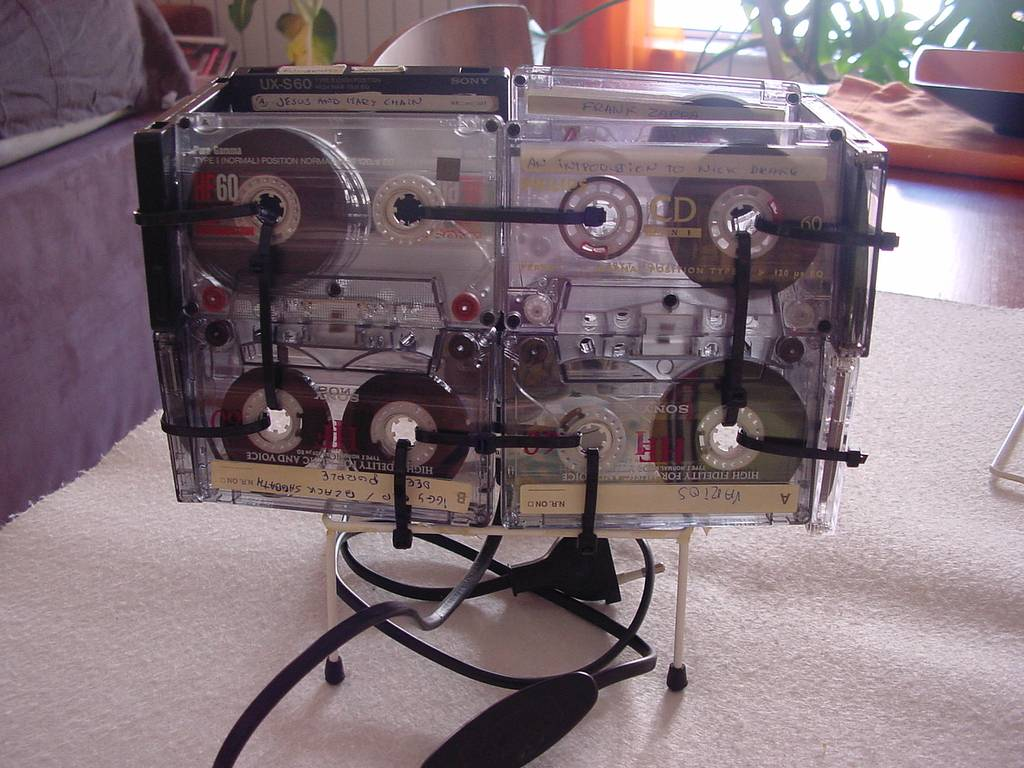 DIY : Old Audio Cassettes Turned into a Table Lamp .