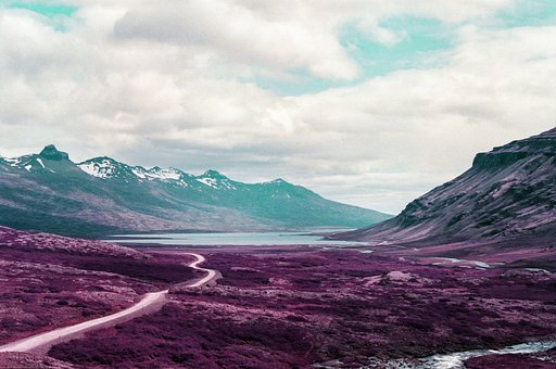 Eden Carter porta il rullino LomoChrome Purple in Islanda