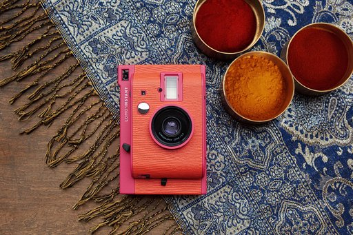Lomo'Instant Marrakesh is a large-aperture, multi-lens set for your photography needs