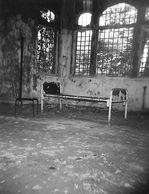 Beelitz-Heilstätten: lomographic picture journey to the abandoned hospital near Berlin with my Holga 120SF and LC-A