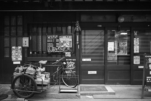 A Monochrome Day in Japan: @kunishi Shoots with the Lomogon Art Lens