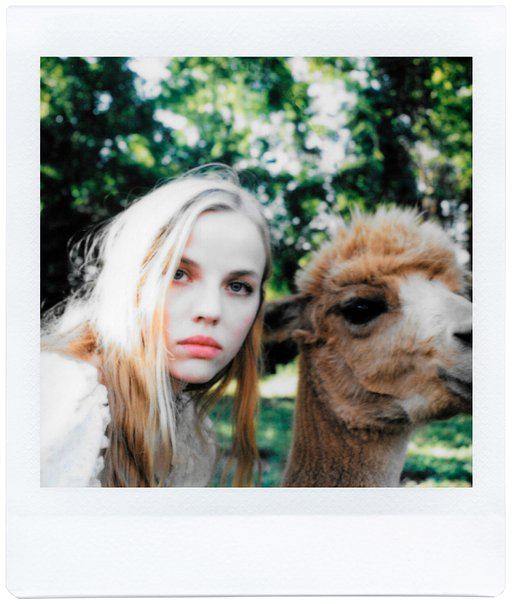 "Ruby June:  ""On the Road"" avec le Lomo Instant Square"